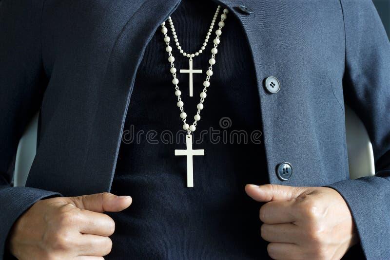 在脖子的项链白色耶稣受难象 库存图片
