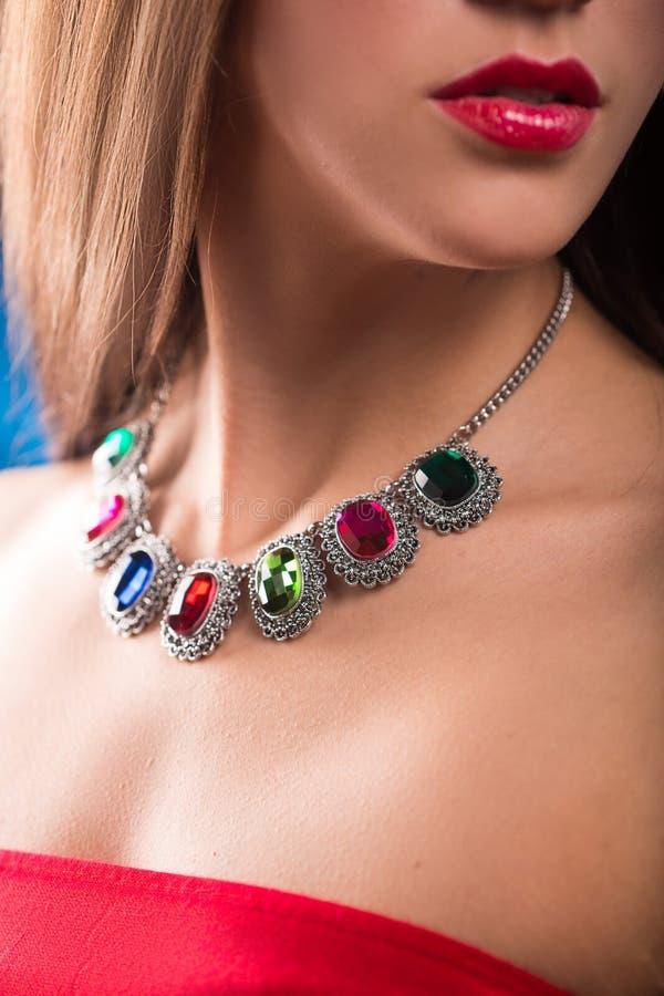在脖子的项链 红宝石和绿宝石 图库摄影