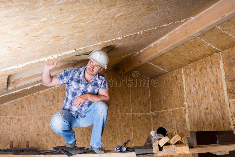 在脚手架的建造者在未完成的议院里 免版税库存图片