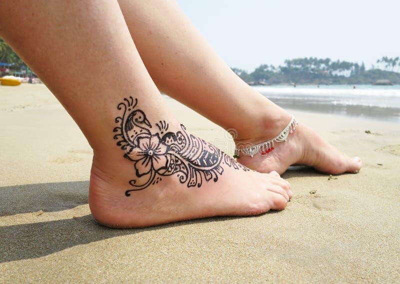 在脚的无刺指甲花纹身花刺 免版税图库摄影
