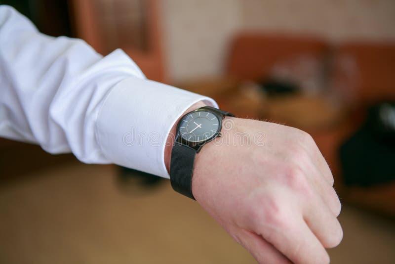 在腕子的人的手表 库存照片