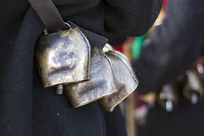 在腰部的吵闹声响铃用于走在震动他们的小组的街道 免版税图库摄影