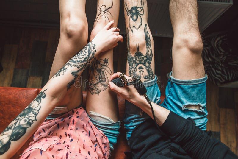 在腿的纹身花刺 库存照片