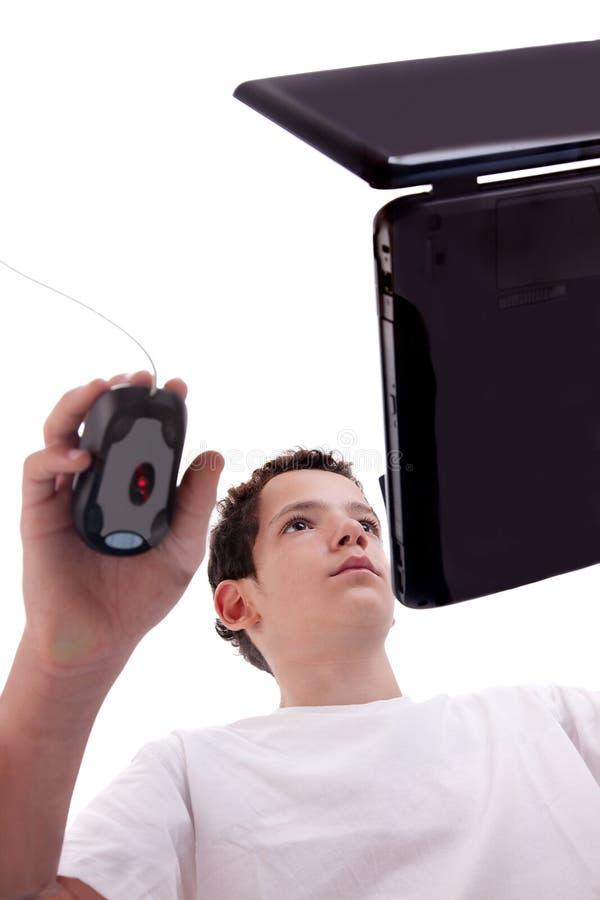 在膝上型计算机人查阅年轻人之下 免版税库存图片