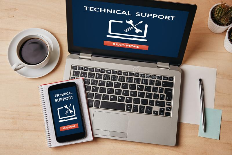 在膝上型计算机和智能手机屏幕上的技术支持概念 库存照片