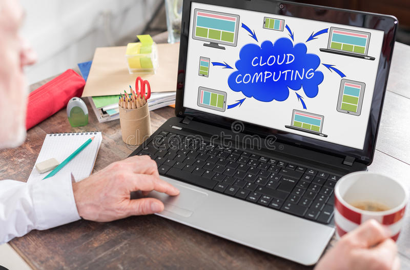在膝上型计算机屏幕上的云彩计算的概念 库存图片