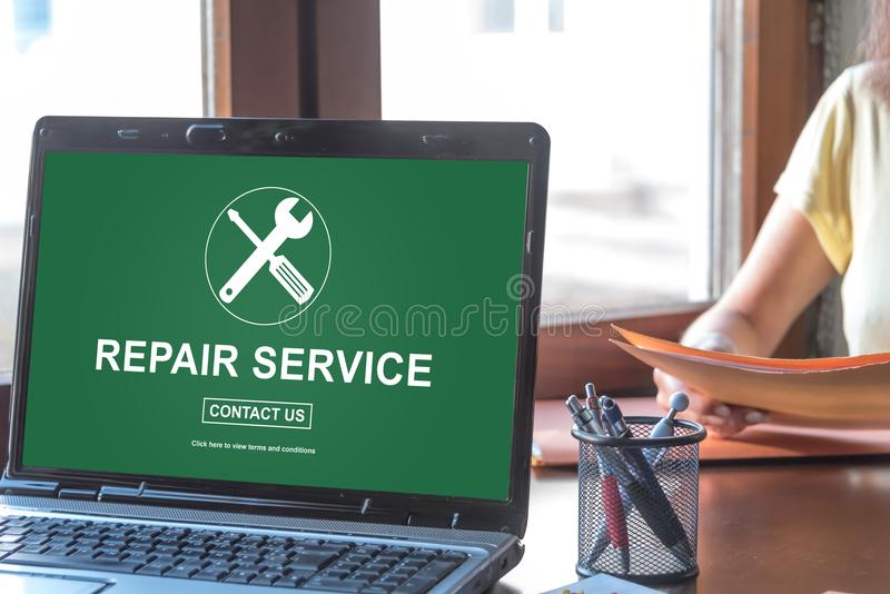 在膝上型计算机屏幕上的修理公司概念 免版税库存照片