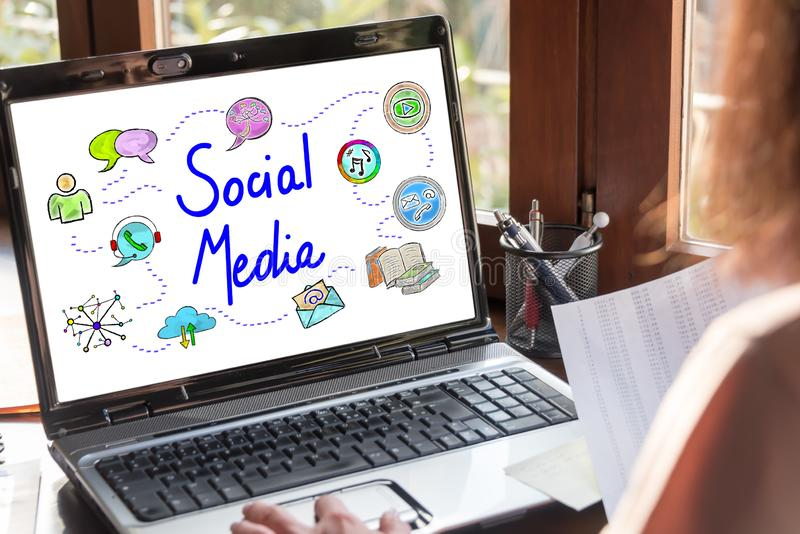 在膝上型计算机屏幕上的社会媒介概念 库存图片