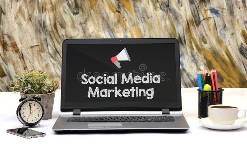 在膝上型计算机屏幕上的社会媒介营销象 库存图片