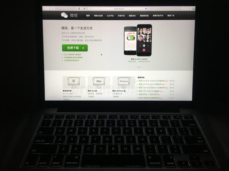 在膝上型计算机屏幕上的Wechat中国网站主页 免版税库存照片