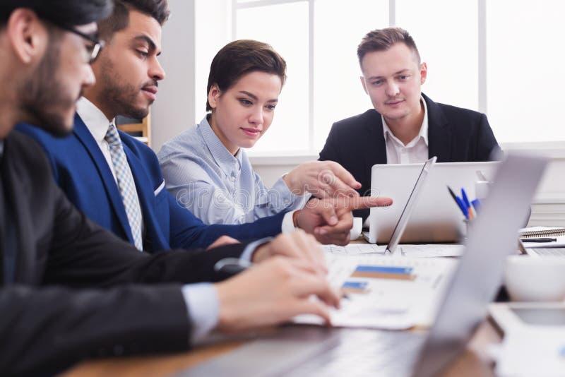 在膝上型计算机的成功的企业队计划工作 免版税库存照片