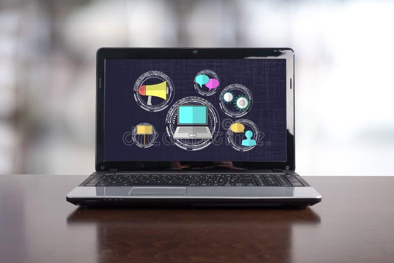 在膝上型计算机的数字销售的概念 库存图片