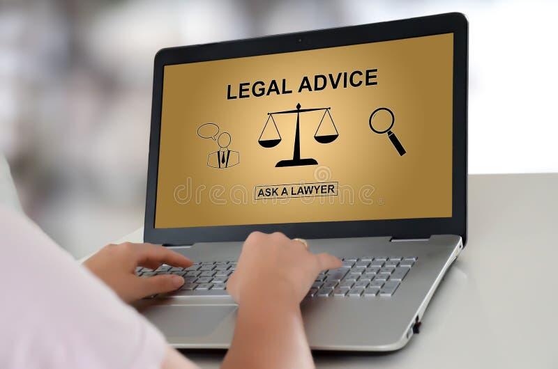 在膝上型计算机的法律建议概念 免版税库存照片