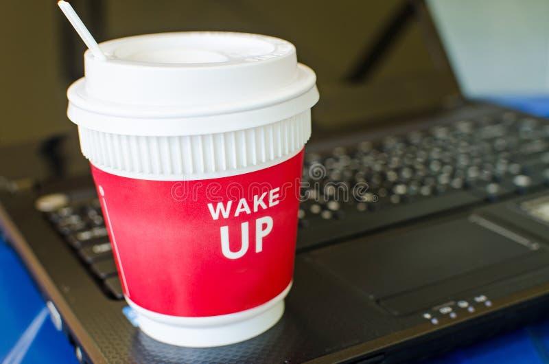 在膝上型计算机的红色咖啡杯 免版税库存照片