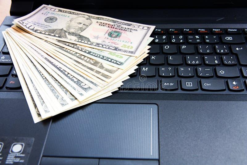 在膝上型计算机的美国美元 免版税库存图片
