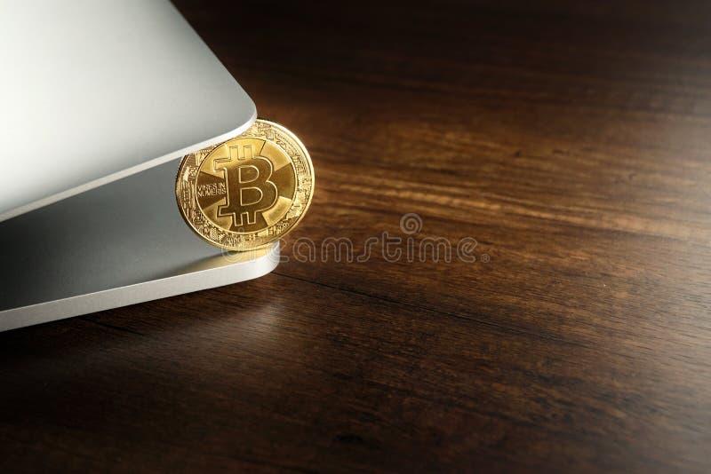 在膝上型计算机的金黄Bitcoins Cryptocurrency 库存图片