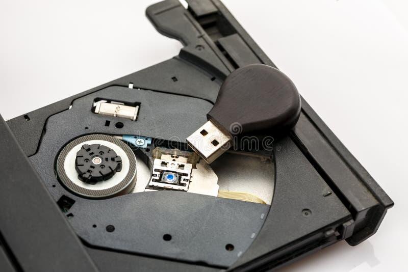 在膝上型计算机里面开放CD的盘子的Usb一刹那驱动  库存照片