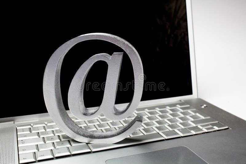 在膝上型计算机键盘的银色电子邮件标志 免版税图库摄影