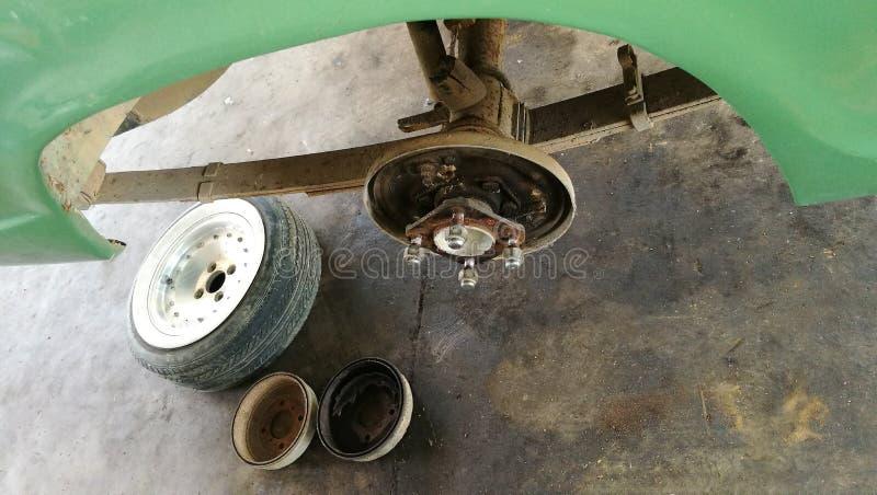 在自动修理服务商店车库的汽车  库存图片