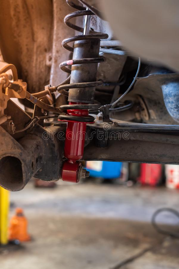 在自动修理服务的新的红色汽车吸收体 库存照片