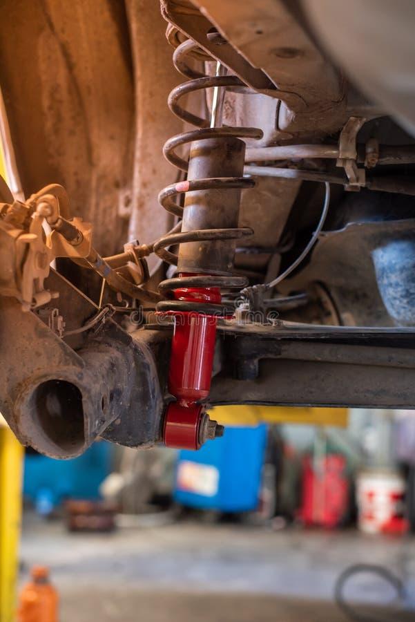 在自动修理服务的新的红色汽车吸收体 库存图片