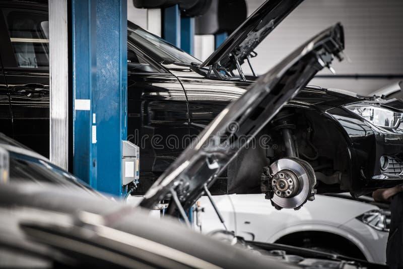 在自动服务的汽车 图库摄影