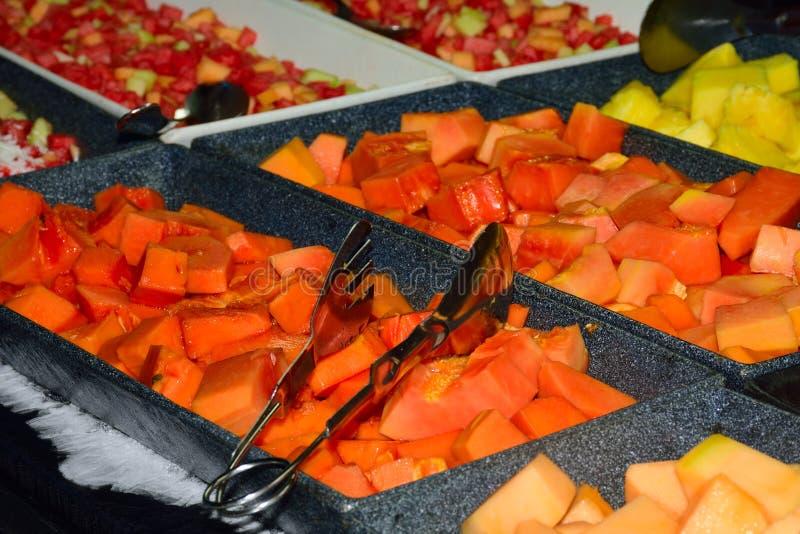 在自助餐盘子的热带水果 免版税库存图片