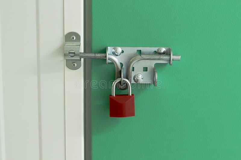 在自已存储单元的红色挂锁 免版税图库摄影