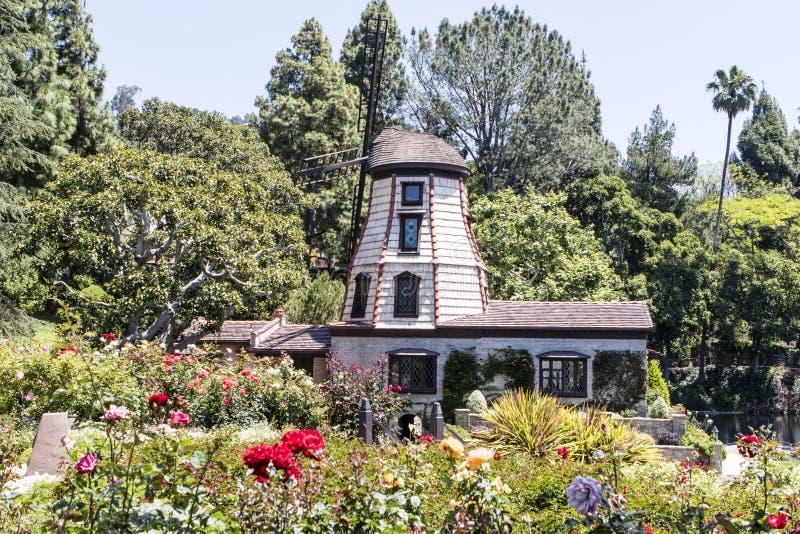 在自我实现Fellowship湖寺庙寺庙的风车在东部好莱坞-洛杉矶-加利福尼亚 免版税库存图片