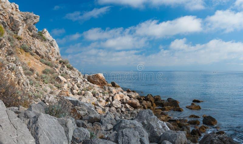 在自然储备的黑海岩石狂放的海滩在海角Martyan 图库摄影