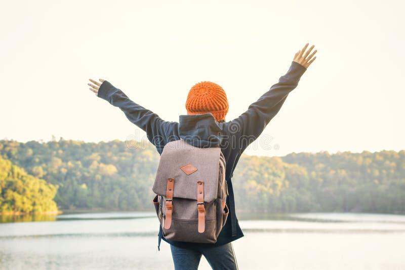在自然冬天季节的亚洲女孩背包,放松在假日概念旅行的时间 免版税库存图片