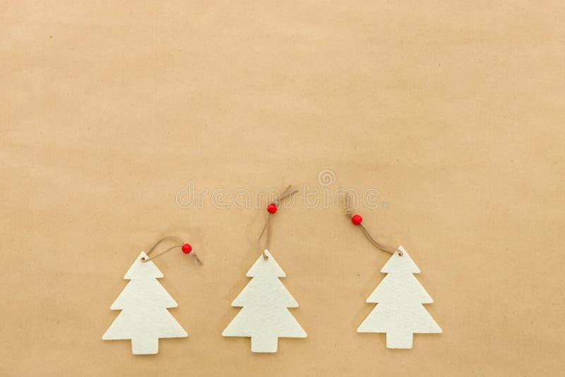 在自然包装纸背景的圣诞树装饰 库存图片