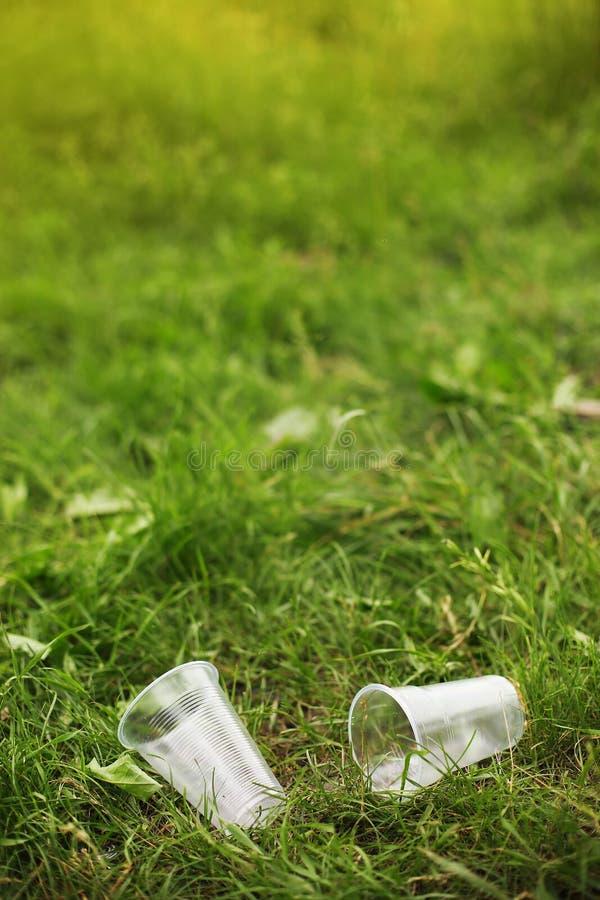 在自然垃圾的垃圾在灌木和树中在被乱丢的公园 免版税库存图片