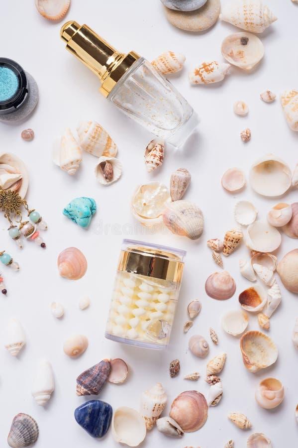 在自然壳和宝石附近的珍贵的皮肤护理化妆用品 ?? 库存照片