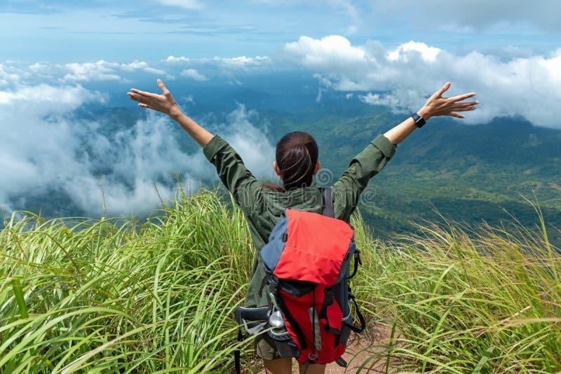 在自然山的远足者妇女愉快的感觉自由好和强的重量战胜饰面 免版税库存照片