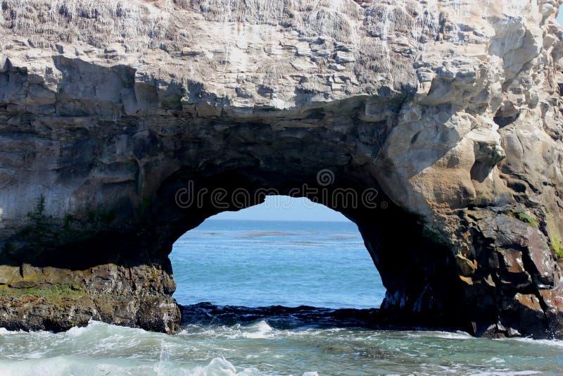 在自然桥梁海滩加利福尼亚的桥梁结构 免版税库存图片