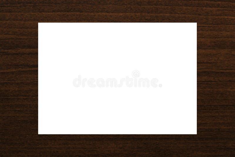 在自然棕色木板条纹理背景的空白的白色卡片摘要 库存图片