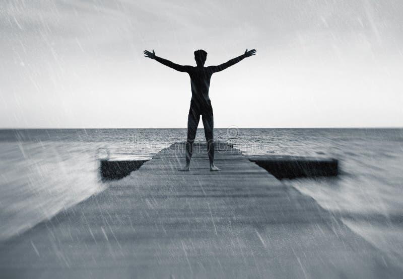 在自然概念-自由的人的自由在雨中 库存图片