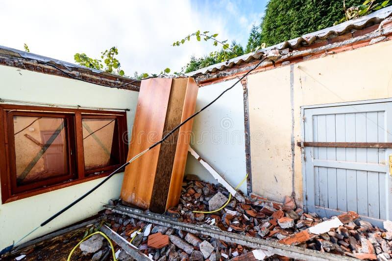 在自然灾害毁坏的老被放弃的家庭房子废墟  库存照片