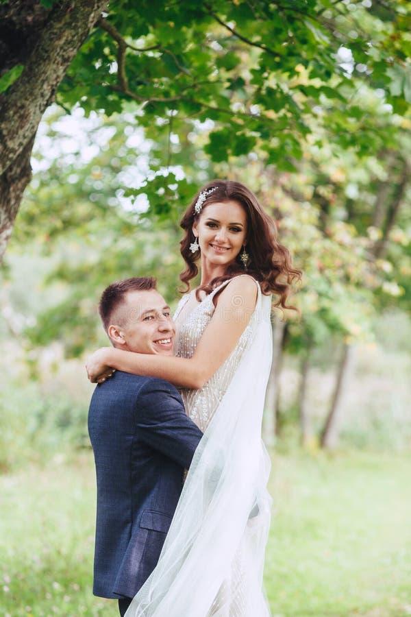 在自然的婚姻的步行 愉快的新娘和新郎在婚礼以后 库存照片