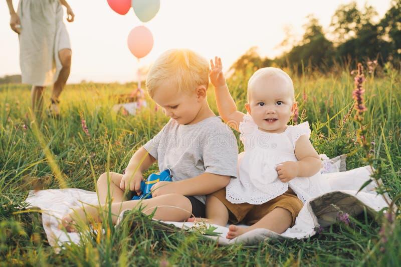 在自然的家庭 使用的孩子户外 免版税库存照片