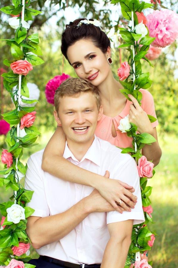 在自然的美好的年轻夫妇 库存图片
