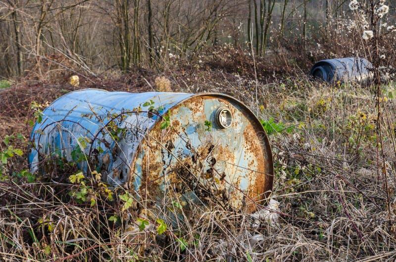 在自然的被放弃的油桶 免版税库存照片