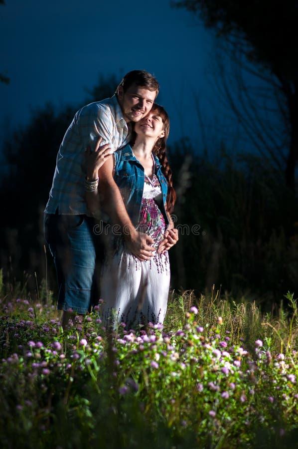 在自然的年轻家庭 免版税库存照片