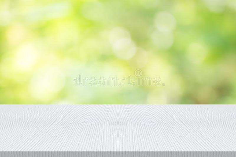 在自然绿色的空的白色木台式弄脏了背景, sp 库存图片
