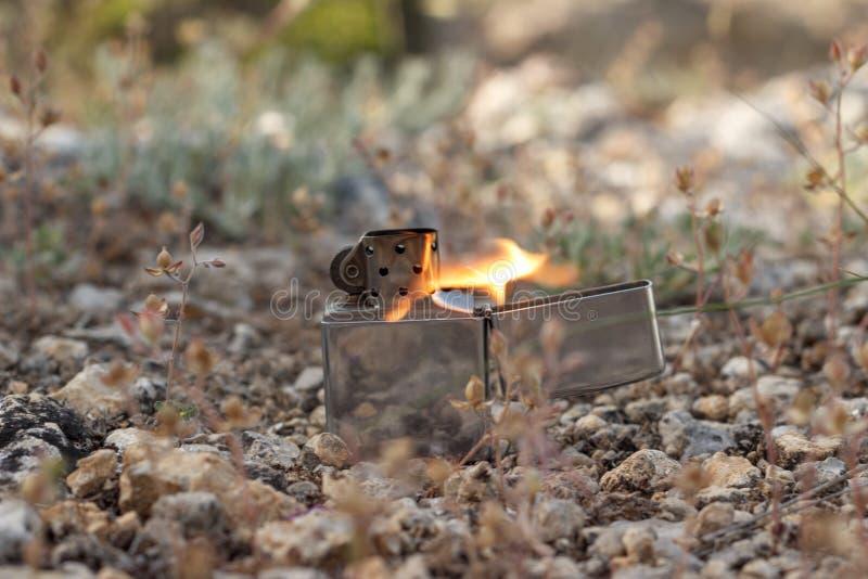 在自然背景的汽油打火机  库存图片
