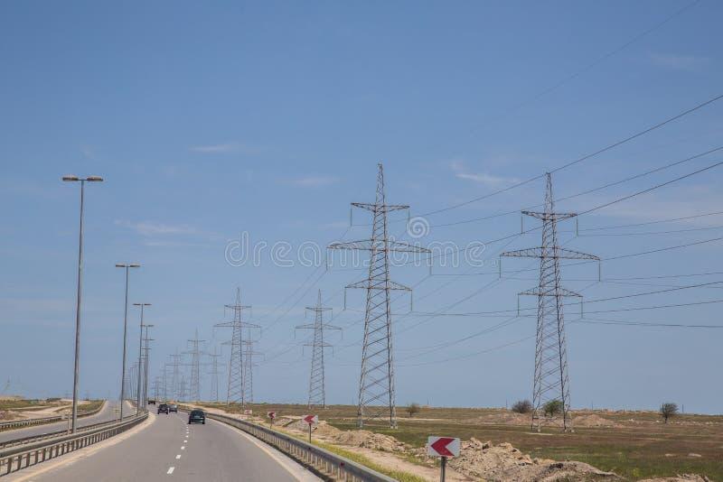 在自然背景的电定向塔 电传输输电线高压塔 输电线高压岗位 免版税库存图片