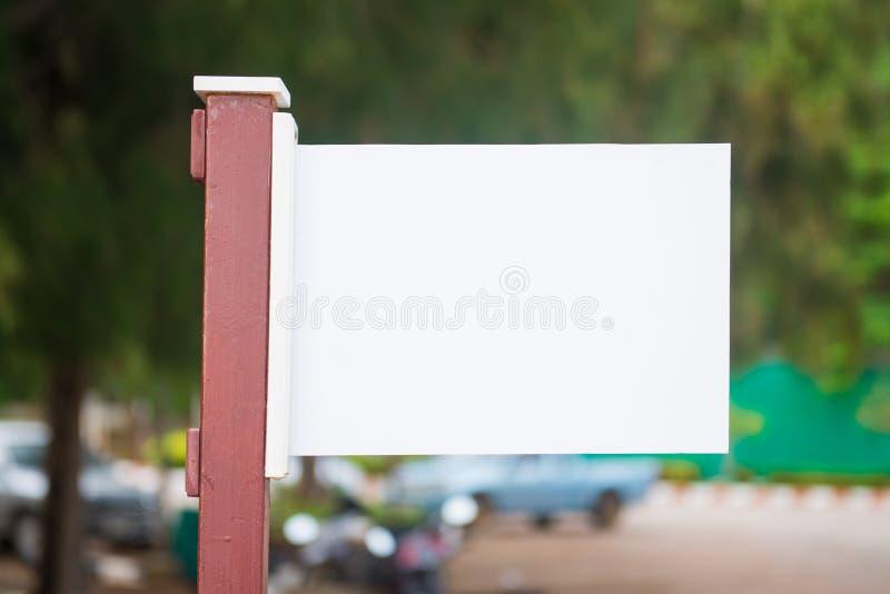 在自然背景的白色木标志板 库存图片