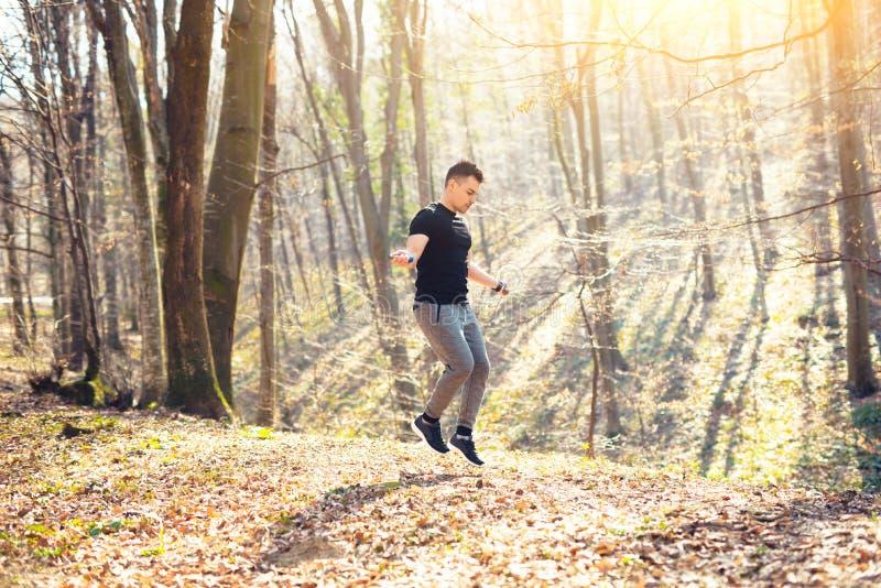 在自然跨越横线的一人锻炼 免版税库存照片