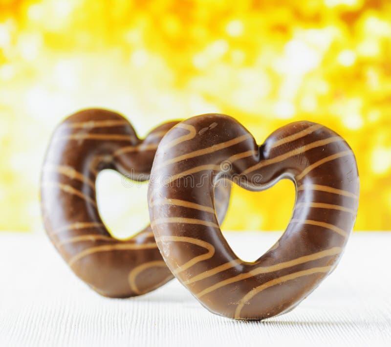 在自然backgroud的巧克力心脏 库存图片